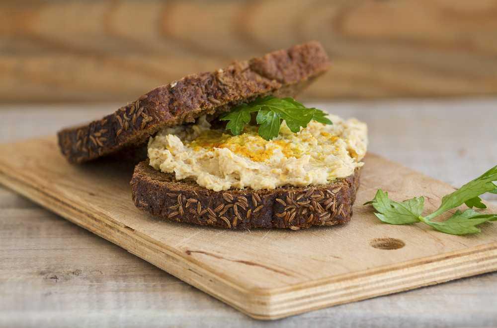 Eiweißbrot mit Hummus