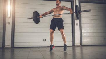Wenn du mit Supersätzen trainierst, steigerst du deine Trainingsintensität und regst dein Muskelwachstum stärker an.
