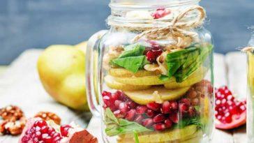 Sweet Salat mit Birne, Granatapfel und Nüssen