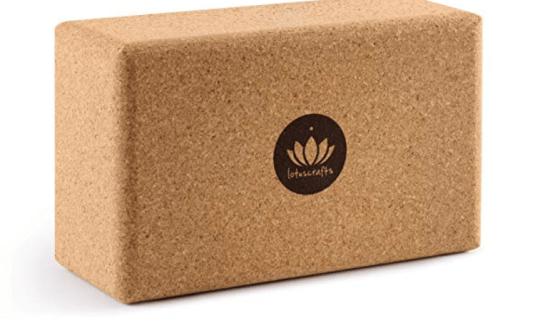 Die angenehm weiche Oberfläche des Blocks ist sehr griffig und bleibt auch bei schweißtreibenden Yoga-Übungen rutschfest.